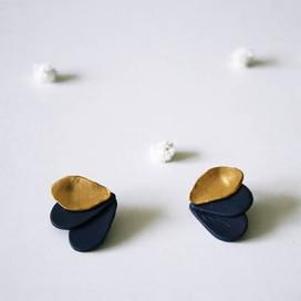 Pendientes Petals gold. Azul marino tres pétalos